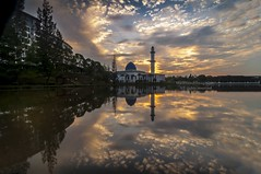 same spot different light (MailHamdi) Tags: mailhamdi mailhamdiimages raymasters reflection lakeview mosque masjiduniten universititenaganasional skyscapes bluesky yellow light nikon tokina1116 landscape nature sunrise ray cloudysky
