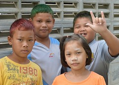 children sending you love (the foreign photographer - ฝรั่งถ่) Tags: four children love sign dyed hair khlong thanon portraits bangkhen bangkok thailand nikon d3200