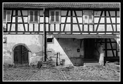 Ancienne ferme - Woerth (DavidB1977) Tags: nikon d610 ais 35mm france alsace basrhin bw nb monochrome woerth ferme cour