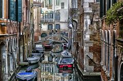 Tres monjas sobre el puente / Three nuns on the bridge (D. Lorente) Tags: dlorente nikon reflections reflejo venecia diurna urbana urban