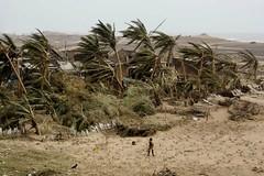 Η ζωή, πάλι από την αρχή. Το χωριό της γυναίκας καταστράφηκε ολοσχερώς από κυκλώνα, που έπληξε τον Κόλπο της Βεγγάλης στην Ινδία (πηγή: Biswaranjan Rout—AP)