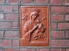 Tilburg gevelsteen Maria (Arthur-A) Tags: netherlands maria mary nederland tilburg brabant wallstone noordbrabant gevelsteen