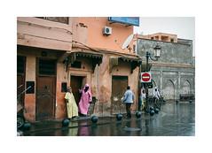 Morocco - Marrakech (Sr. Cordeiro) Tags: street nikon media doors morocco marrakech rua nikkor reflexos v1 vr marrocos reflexes burka marraquexe potas 1030mm