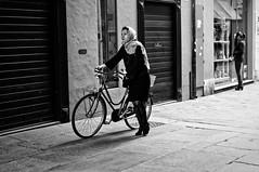 La femme du dimanche (Paolo Pizzimenti) Tags: femme ravenne cesenatico essence zuiko 25mm f18 film pellicule argentique doisneau m43 mirrorless beauté