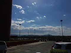 El cielo y las montañas tras los edificios (veronicamuñoz4) Tags: nubes urbanización modernidad metropolis ciudades edificios montañas cielo