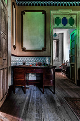 La mesa de trabajo (Perurena) Tags: mesa table muebles furnitures salonlivingroom abandono decay casa house luces sombras lights shadows alfombra carpet urbex urbanexplore