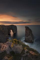 Vértigo. (Marce Alvarez.) Tags: nikon nikkor1635 paisaje marcealvarez mar cantabrico costa asturias acantilados landscape atardecer naturaleza sea largaexposicion