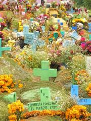 Tumbas (Alveart) Tags: guatemala centroamerica centralamerica latinoamerica latinamerica alveart luisalveart quiche elquiche chichichichicastenango ladino colorful graveyard cementerio tombsguatemala