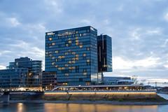 Hyatt Medienhafen Düsseldorf (Tafule79) Tags: düsseldorf medienhafen hyatt hotel schiff boot rhein abend abends licht lichter ligth lightning afternoon