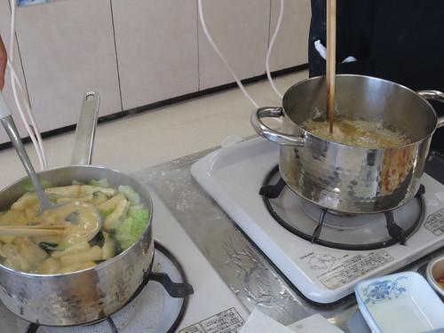 味噌汁とアジを揚げています