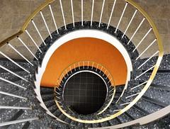 Orange eye shadow (frankhurkuck) Tags: down up runter rauf ab auf stufen rot orange spiralstaircase stair staircase stairway treppenhaus wendeltreppe treppe germany deutschland landeshauptstadt nds niedersachsen norddeutschland hannover kurve curve