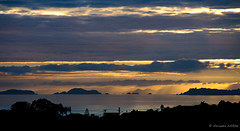 Le jour se lève sur ma peine... (Alexandre DAGAN) Tags: sunsetfrombrownsbay northshore auckland newzealand sunrise leverdesoleil ciel sky nuages clouds sea mer ocean iles island pentax pentaxk5 k5 tamron 18200mm 200mm couleurs colors colours voyage travel morning matin