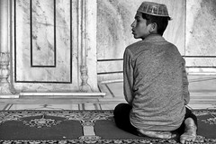 the little believer (Claudia Merighi) Tags: mosque prayer religion new delhi blackandwhitephotos blancoynegro blackandwhite blackandwhiteonly blackwhitephotos noiretblanc pentaxk3 k3 ricohimages streetphotography street streetphoto streetphotographers monochrome monochromatic bnbwbwbiancoenero bnw bw pretobranco schwarzweisfotos strassenfotografie claudiamerighi fotografiadistrada fotografiacallejera fotodistrada italia