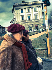 Semaforo rosso (sladkij11) Tags: firenze streetfotofirenze commonpeople oldpeople gentecomune anziana crossprocessing iphone streetphotography cappello hat