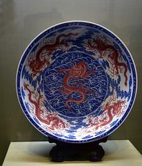 DSC_0499 (H Sinica) Tags: suzhoumuseum 蘇州博物館 suzhou 蘇州 museum 清 乾隆 抺紅青花 海水龍紋 盤