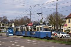 P-Zug 2005/3004 verlässt die Haltestelle Theodolindenplatz in Richtung stadtauswärts (Frederik Buchleitner) Tags: 2005 3004 linie15 munich münchen pwagen strasenbahn streetcar tram trambahn