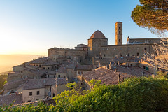 (Andreas.W.) Tags: volterra toskana abendstimmung tuscany eveningmood abendsonne eveningsun sunrays evening sunset sonnenuntergang altstadt samyang wideangle weitwinkel