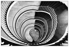 Yin und Yang (frodul) Tags: treppenhaus stufen geländer münchen verwaltungsgebäude architektur bw einfarbig monochrom sw gebäude gebäudekomplex gestaltung kurve linie staircase step treppe bayern deutschland stufe spirale