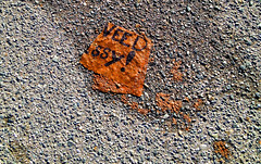 historiologa (Rafael Edwards) Tags: street mystery paper calle message pavement enigma sidewalk mysterious papel papier dropped challenge misterioso misterio mensaje acera wrinkled pavimento desafio trouve botado