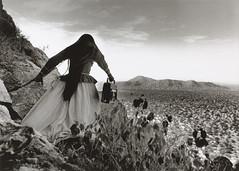Obra Cachavas. GRACIELA ITURBIDE. Mujer ángel. (Desierto de Sonora. México). 1979 Fotografía. Galería Rafael Ortiz. (Sevilla)