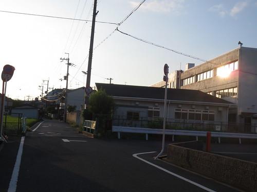 校舎にあたる朝日