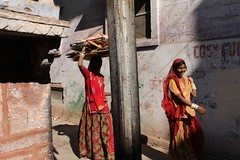 CROSSING. Jodhpur (Cathy Le Scolan-Quéré Photographies) Tags: street india rouge rue rajasthan femmes inde jodhpur saris indiennes abigfave