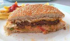 Cheeseburger & Pommes Frites - Lateral cut (JaBB) Tags: pommesfrites frenchfries cheeseburger ketchupblumenkohl cauliflower möhren carrots food lunch essen nahrung nahrungsmittel mittagessen kantine betriebsrestaurant