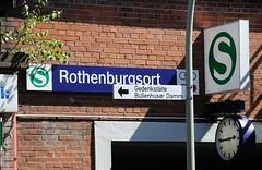 1474_ 3963 Schild S-Bahn Bahnhof Hamburg Rothenburgsort über dem Eingang - eine Bahnhofsuhr zeigt die Zeit an. Aus dem Mauerwerk des Bahnhofgebäudes wächst ein junge Birke. (christoph_bellin) Tags: hansestadt hamburg stadtteile bezirke hamburgs stadtteil rothenburgsort bezirk hhmitte billwerder bille elbe waterkant hafengebiet norderelbe gewerbegebiet schild sbahn bahnhof eingang bahnhofsuhr mauerwerk bahnhofgebäudes wächst junge birke hinweisschild gedenkstätte bullenhuser damm