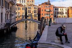 Il riposo del gondoliere (binoguzzi) Tags: venezia italia venice gondola gondoliere xt10 xf35mm ritratto riposo pausa break