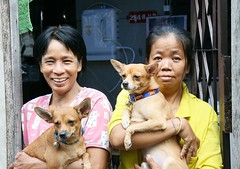 ladies with their dogs (the foreign photographer - ฝรั่งถ่) Tags: two ladies dogs doorway khlong thanon portraits bangkhen bangkok thailand canon kiss
