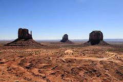 A scenic beauty (erichudson78) Tags: usa arizona monumentvalley nationalpark landscape paysage roche rock ciel sky blue bleu canoneos6d canonef24105mmf4lisusm nature horizon