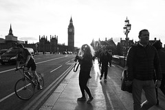 A young photographer in London (Emmanuelle2Aime2Ailes) Tags: nb londres bigben westminsterbridge