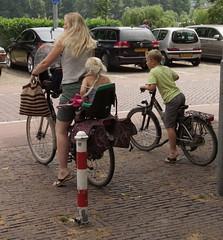Zutphen, moeder fiets en kinderen bij Saltpoort, Drogenapstoren (Nik Morris (van Leiden)) Tags: netherlands nederland fiets zutphen gelderland moederfiets saltpoort drogenapstoren