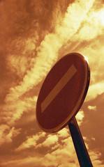 Pas d'entrée (Giorgio Zattini) Tags: france nuvole minolta centre cielo cartello xd7 divieto divietodaccesso anet redscale