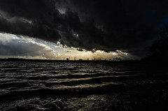 Sturmtief (gabrieleskwar) Tags: outdoor dunkel wolken wasser wind see wellen sonne sturm wetter