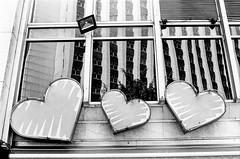 #2410 - love story, sp (vintequatro10) Tags: streetphotography streetphotographer street rua fotografiaderua fotografiadocumental arquitetura architecture coração heart urban urbano urbanview urbex urbanscape city cidade cityscape cityview pb bw pretoebranco blackandwhite pentaxkm pentax pentaxk1000 50mmf14 35mmfilm film filme filmisnotdead ilford hp5 ilfordhp5400 iso400 reflex reflexo reflexos prédio