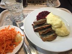 Lunch 5/4 (Atomeyes) Tags: mat fisk strömming potatismos sallad lingonsylt vatten