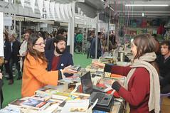 Mónica Oltra i Nacho Larraz en la caseta de Bromera 29/04/17