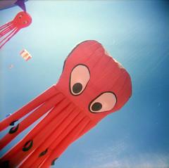 [ ☄ ] ([noone]) Tags: kite 120 valencia 35mm holga lomo xpro crossprocessed procesocruzado playa cometa aquilone cfn processoinverso