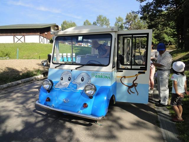 園内ではこのような無料の小型バスが運行されていますが、体の。|旭川市旭山動物園