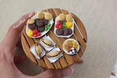 Miniature Barbecue Season (PetitPlat - Stephanie Kilgast) Tags: cheese miniatures handmade meals pizza polymerclay fimo barbecue hamburger junkfood minifood savory dollhouse dollshouse miniaturefood miniaturen oneinchscale