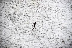 Παιχνίδι στην ξηρασία. Το νερό είναι πολυτιμότερο κι από το χρήμα για τους κατοίκους της ινδικής πόλης Αλλαχαμπάντ. (πηγή: Sanjay Kanojia—AFP/Getty Images)