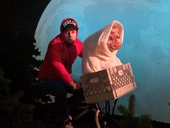 Me & E.T. ... Up & Away #callinghome (hoodbyair04) Tags: callinghome madametussaudsberlin uploaded:by=flickrmobile flickriosapp:filter=nofilter