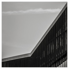 ... Quebrada ... (Lanpernas .) Tags: diagonal quebrada square arquitectura architecture minimal minimalismo tabakalera prisma línea nubes clouds