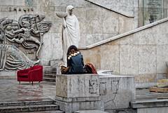 Le fauteuil rouge et l'élève (Paolo Pizzimenti) Tags: chaussure chien chiot élève fauteuil statue arts parigi ravenne olympus zuiko penf omdem1mkii 25mm f18 film pellicule argentique doisneau