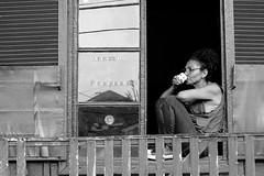 cafézinho (renanluna) Tags: mulher woman café coffee janela window monocromia monochromatic pretoebranco blackandwhite pb bw paranapiacabasãopaulo 011 sp br 55 fuji fujifilm fujifilmxt1 xt1 35mm fujinon35mmf14xfr fujinon renanluna