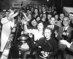 1933年12月8日,美國的芝加哥人在國會酒店慶祝禁酒令的廢除 (yintinma) Tags: 1933 1930s 美國 芝加哥 禁酒令 united states america us usa chicago prohibition