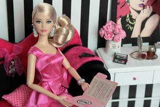 Don't you think that the doll from the Portuguese Doll Convention looks like a glamorous spy?! 😊 It seems that I guessed that the colour of the Barbie's dress would be pink when I put the little pink ribbon on the black briefcase. 💟