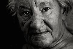 """Les marques de la vie. Flickr Friday, thème  """"Portrait"""" (jjcordier) Tags: portrait flickrfriday femme noiretblanc rides visage"""