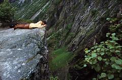 Norwegen 1998 (062) Vøringsfossen (Rüdiger Stehn) Tags: landschaft natur dia slide analogfilm scan canoscan8800f europa norwegen norge norway nordeuropa skandinavien diapositivfilm kleinbild analog kbfilm 35mm urlaub reisefoto reise contax137md 1990s 1998 1990er hordaland eidfjord fossli fossatromma menschen hardanger